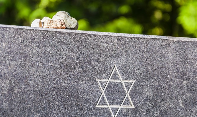 Jewish Funeral Service Traditions and Etiquette